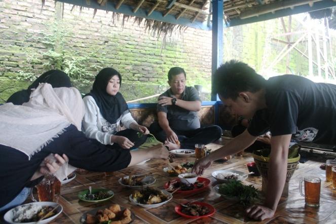 Suasana Makan di Mang Yeye